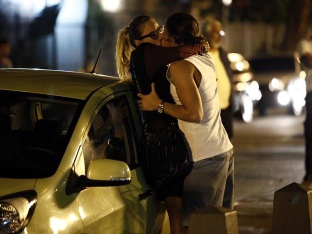 Robertão agarra Érika em frente ao prédio de Téo e a beija