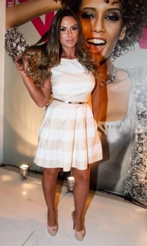 """1.set.2014 - Nicole Bahls usa vestigo claro para ir à festa da revista """"Nova"""" e dos 30 anos de carreia do cabeleireiro Marco Antônio di Biaggi, em São Paulo"""