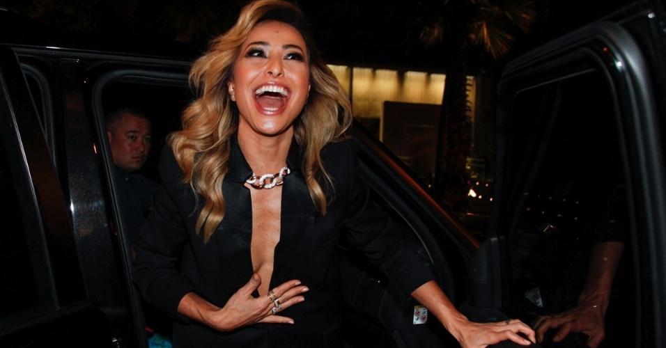 """1.set.2014 - Sabrina Sato quase mostra demais ao chegar à festa da revista """"Nova"""" e dos 30 anos de carreia do cabeleireiro Marco Antônio di Biaggi, em São Paulo"""