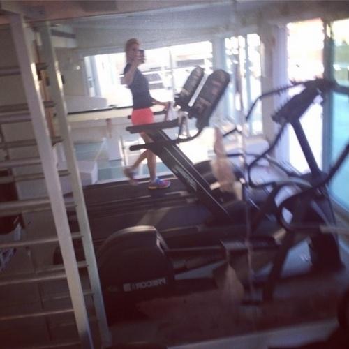 A socialite Val Marchiori é dedicada aos exercícios físicos. Aos 40 anos, ela corre na esteira e pratica atividades com seu personal para manter a boa forma