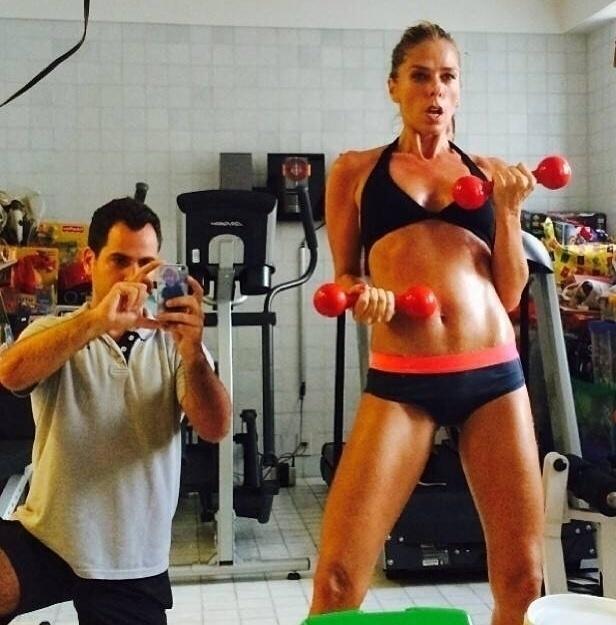 Adriane Galisteu pega pesado na academia sob orientação do personal trainer Marcio Lui. Segundo o personal, a apresentadora costuma correr na esteira que tem em casa, fazer treino suspenso e também ginástica localizada