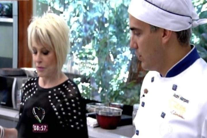 """2.set.2014 -  André Marques se empenha na preparação de seus pratos na cozinha do estúdio do """"Mais Você"""""""