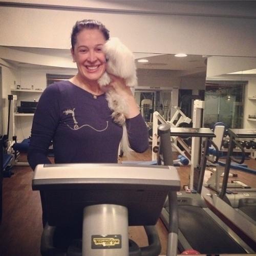 """Aos 47 anos, Claudia Raia se exercita na academia que tem em sua casa. A atriz segue firme nos exerícios físicos para voltar à TV como uma vidente trambiqueira em """"Alto Astral"""", próxima novela das 7"""