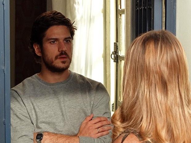 Carlota vai a casa de Rafael e diz para ele sumir da vida de sua filha