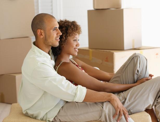 """A decisão de morar junto, por exemplo, muitas vezes é tomada por """"inércia"""" - Getty Images"""