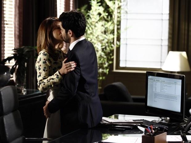 Danielle e José Pedro se agarram no escritório e são flagrados por Maria Marta