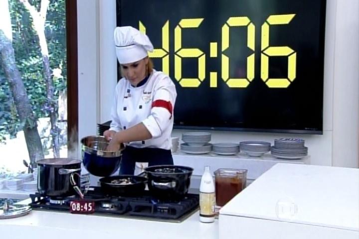 """Paula Barbosa prepara os pratos na prova final do """"Super Chef Celebridades"""""""