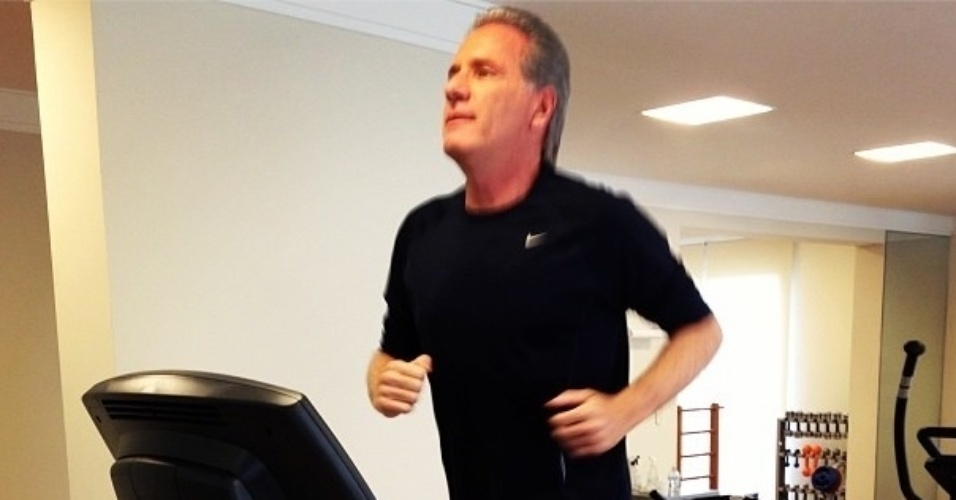 Roberto Justus pratica exercícios aeróbicos na academia que tem em sua casa