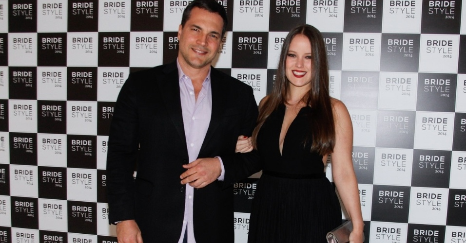 03.set.2014- Daniel Boaventura e sua namorada, Maria Netto, prestigiam evento em São Paulo