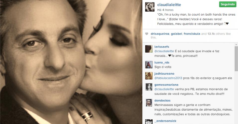 3.set.2014 - Claudia Leitte aparece dando um beijo no rosto de Luciano Huck em uma homenagem ao apresentador por aniversário