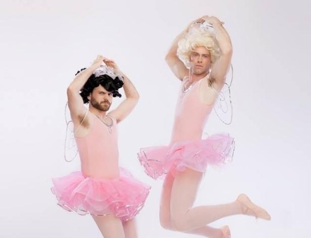"""Bug Hall e Travis Tedford vestidos de bailarina para comemorar os 20 anos de """"Os Batutinhas"""""""