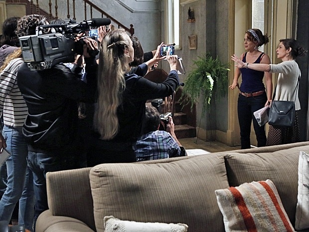 Cora revela para a imprensa que Cristina é filha de Zé Alfredo com sua irmã