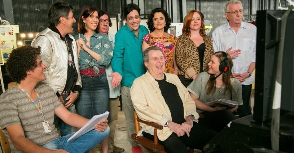 """Daniel Filho se diverte com o elenco de """"A Grande Família"""" durante gravação do último capítulo do humorístico da Globo, que ficou no ar durante 14 anos"""