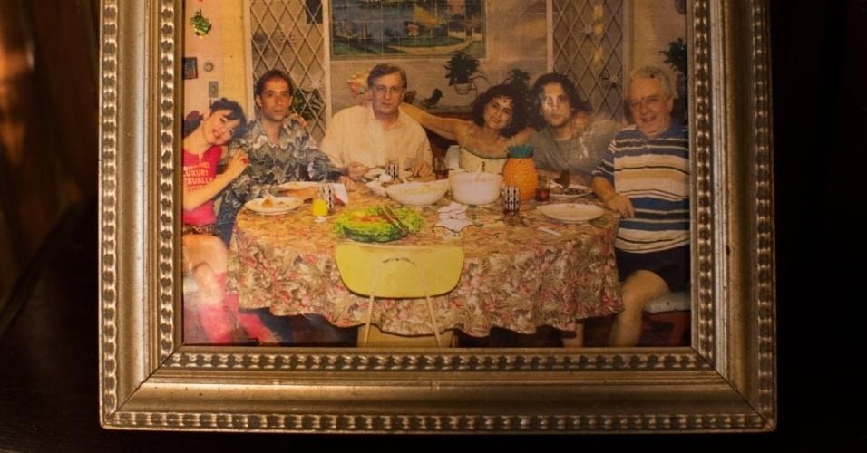 """Detalhe de um porta-retrato com imagens de """"A Grande Família"""" na primeira temporada, com Bebel, Agostinho, Lineu, Nenê, Tuco e Seu Flô, interpretado pelo ator Rogério Cardoso, que morreu em 2003"""