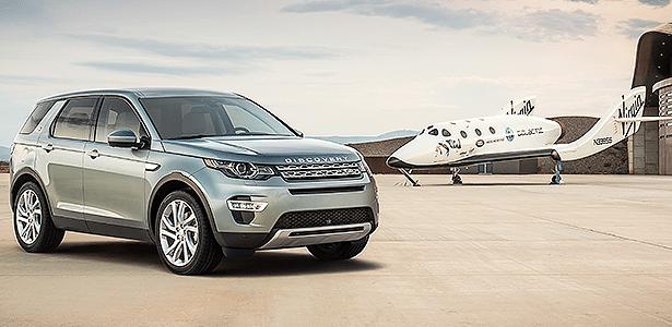 Land Rover Discovery Sport ao lado da nave espacial Virgin Galactic - Divulgação