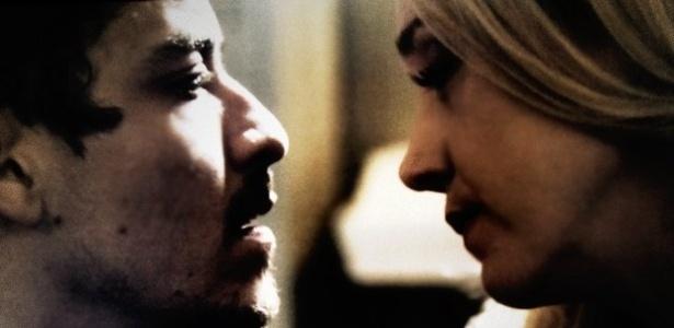 Maria Angelica (Camila Morgado) pressiona Alain (Jesuíta Barbosa) a contar a verdade sobre a morte de Bruno (Daniel de Oliveira)