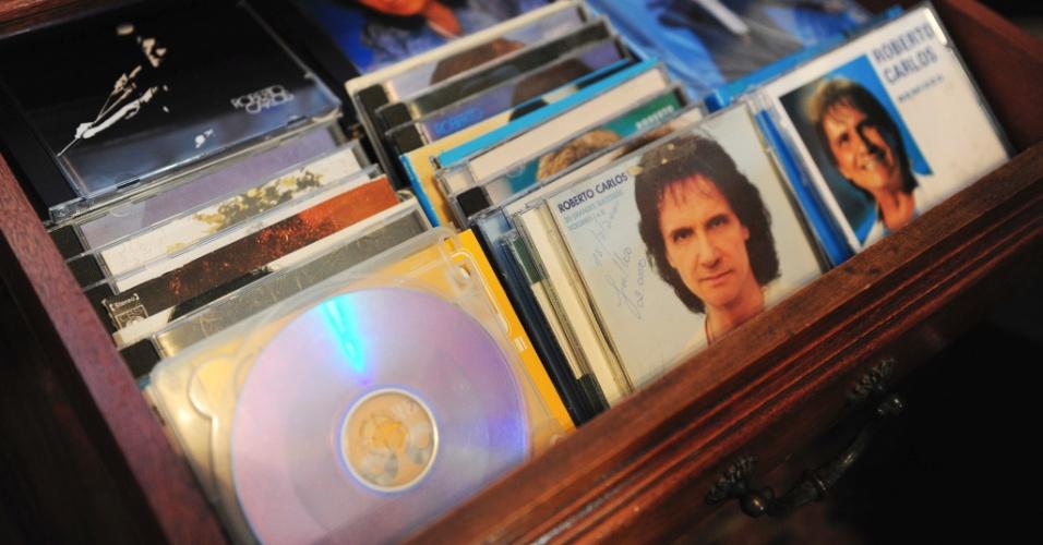 Rosa Maria tem uma coleção com diversos CDs e LPs de Roberto Carlos. No entanto, ela ficou oito anos sem ouvir o cantor após a morte de seu marido