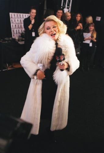 14.fev.2012 - A comediante e apresentadora Joan Rivers posa durante a cobertura da semana de moda de Nova York, nos EUA