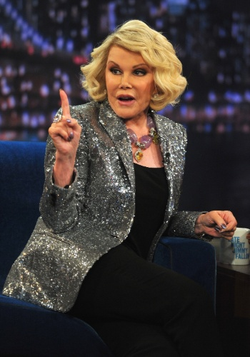 "16.fev.2013 - Joan Rivers durante participação no programa ""Late Night com Jimmy Fallon"" em Nova York, nos EUA"