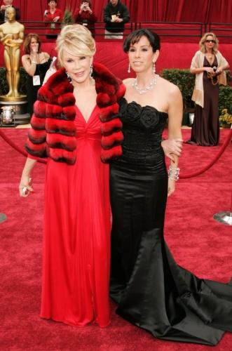 25.fev.2007 - Joan Rivers e sua filha Melissa Rivers, que trabalhava com a comediante na cobertura de tapetes vermelhos, durante premiação do Oscar em Los Angeles, nos EUA