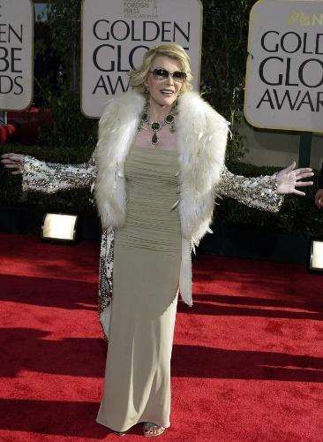 25.jan.2004 - Com um vestido prateado, Joan Rivers posa sorridente no tapete vermelho da cerimônia do Globo de Ouro, em Beverly Hills, nos EUA