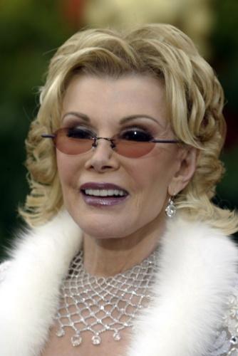 """29.fev.2004 - A """"rainha dos tapetes vermelhos"""", Joan Rivers durante a 76° cerimônia do Oscar, em Los Angeles, nos EUA. A apresentadora e comediante morreu aos 81 anos, vítima de complicações de um procedimento cirúrgico nas cordas vocais"""