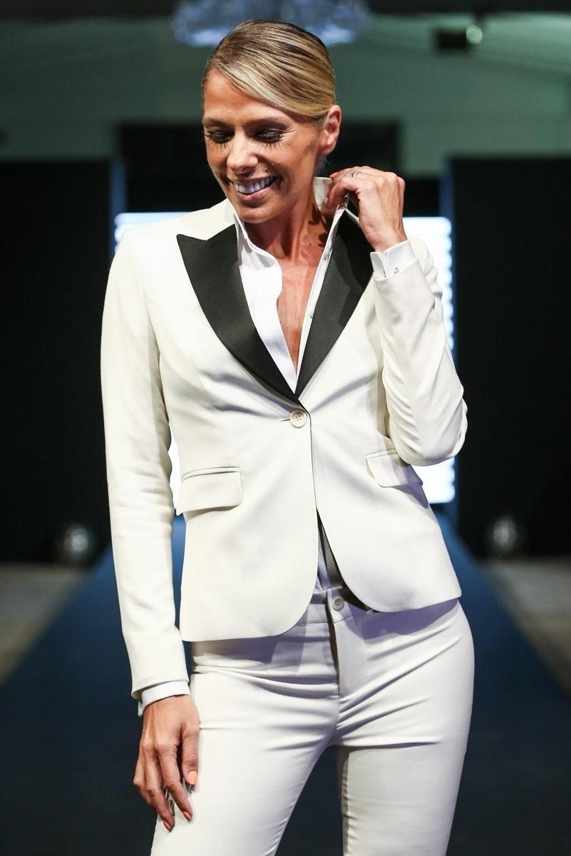 3.set.2014 - Adriane Galisteu se divertiu na passarela, mostrando a coleção para noivos da Alfaiataria Camargo. O show ocorreu nesta quarta-feira em um shopping da zona sul de São Paulo