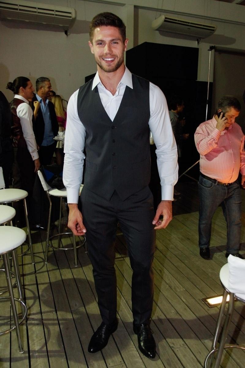 3.set.2014 - O ex-BBB Jonas Sulzbach veste seu terno para desfilar pela Alfaiataria Camargo em um shopping da zona sul de São Paulo, nesta quarta-feira
