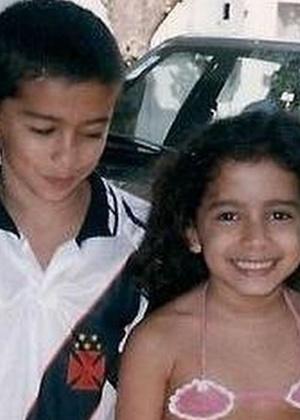 Anitta mostra foto de quando era criança em homenagem ao irmão