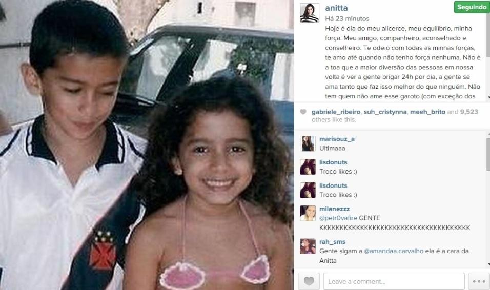 """4.set.2014 - Anitta mostrou uma foto antiga, de quando era criança, em uma homenagem ao irmão Renan Machado, que faz aniversário. """"Hoje é dia do meu alicerce, meu equilíbrio, minha força"""", escreveu"""