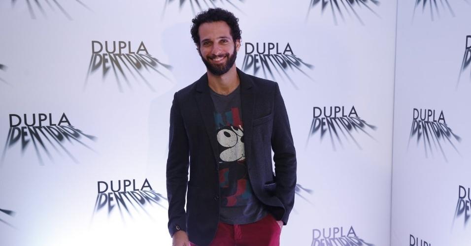 """4.set.2014 - O ator Mouhamed Harfouch posa para os fotógrafos na coletiva de imprensa da minissérie """"Dupla Identidade"""", no Shopping New York City Center, na Barra da Tijuca, no Rio"""