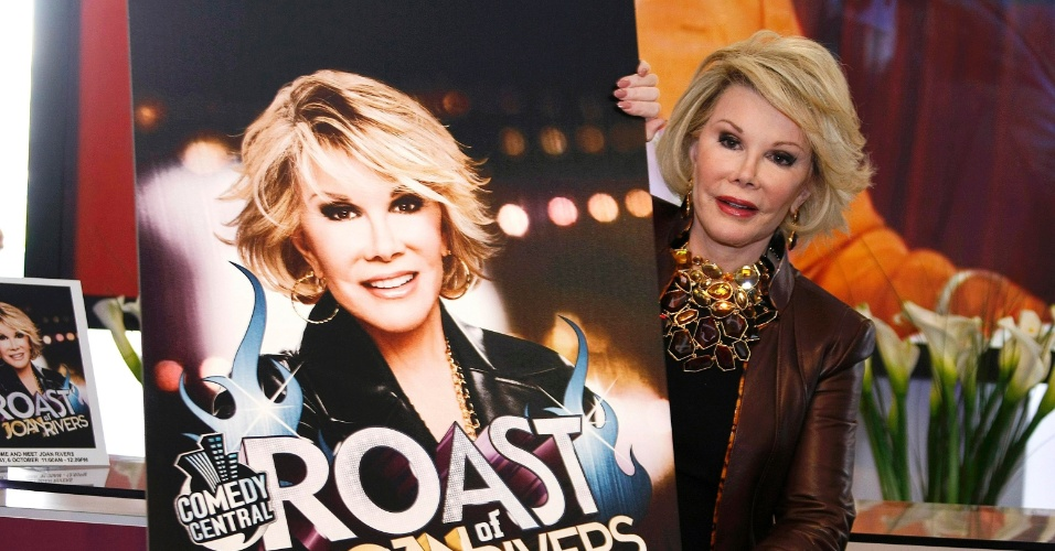 6.out.2009 - Joan Rivers com o cartaz de seu programa durante evento em Cannes, na França