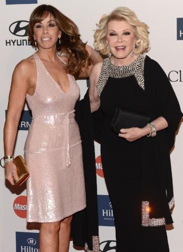9.fev.2013 - A comediante Joan Rivers e sua filha, Melissa Rivers, posam no tapete vermelho do Grammy 2013, em Beverly Hills, Califórnia, EUA