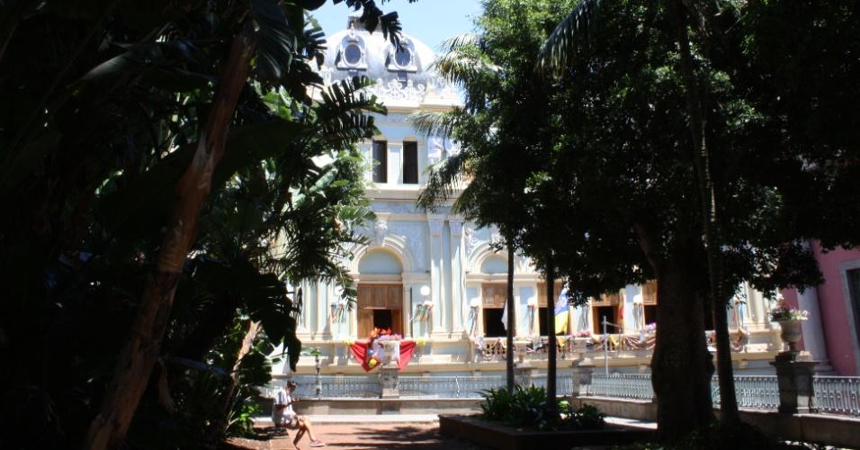 A romântica praça cujo acesso é feito por escadas na Calle José Murphy tem árvores de 200 metros