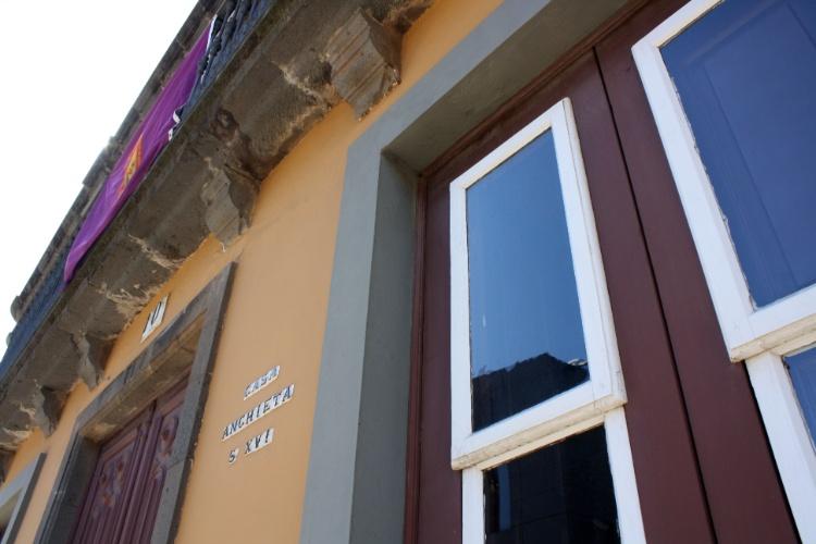 Detalhe da fachada da casa onde viveu o santo José de Anchieta, apóstolo do Brasil
