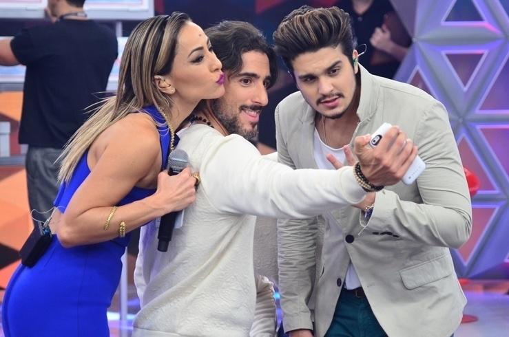 """Luan Santana, Marcos Mion e Sabrina Sato tiram selfie no programa da ex-musa do """"Pânico"""""""