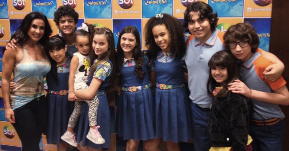 Scheila Carvalho leva a filha Giulia para conhecer o elenco de
