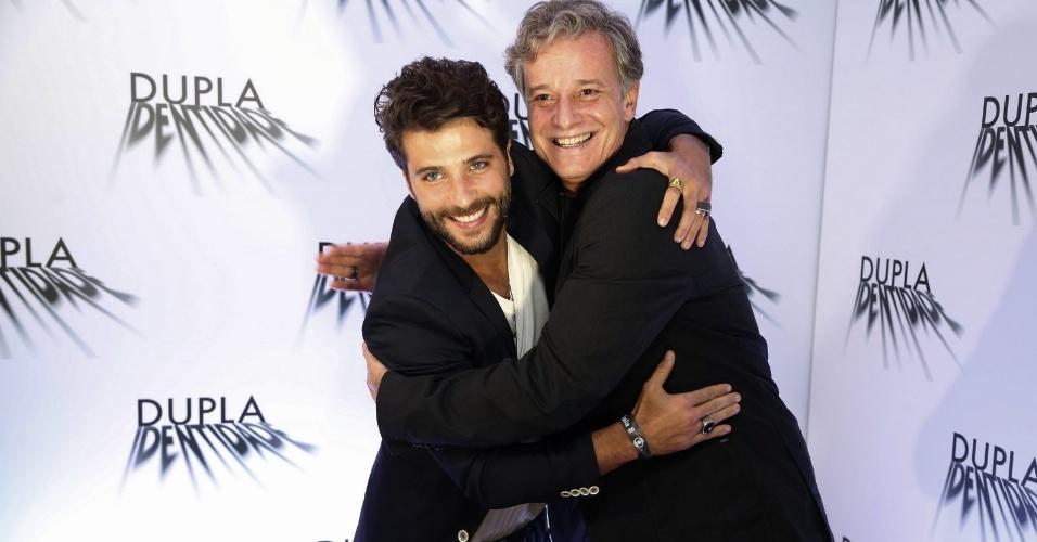 """4.set.2014 - Bruno Gagliasso e Marcelo Novaes se abraçam na coletiva de imprensa do seriado """"Dupla Identidade"""""""