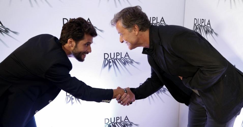 """4.set.2014 - Bruno Gagliasso e Marcelo Novaes se cumprimentam na coletiva de imprensa do seriado """"Dupla Identidade"""""""