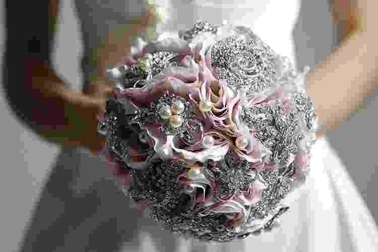 Buquê com flores de tecido e broches prateados e pérolas, da Bouquet Boutique, R$ 900 - undefined