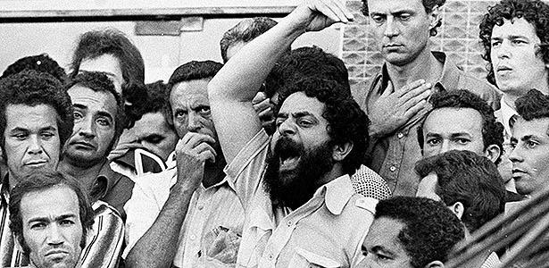 Então presidente do Sindicato dos Metalúrgicos do ABC, Lula discursa a trabalhadores durante a greve de 42 dias em 1980. Imagem tem ainda deputados Eduardo Suplicy (ao fundo), Geraldo Siqueira (no alto, à direita), Marco Aurélio Ribeiro, Flávio Bierrenbach e Irma Fassoni - Folhapress