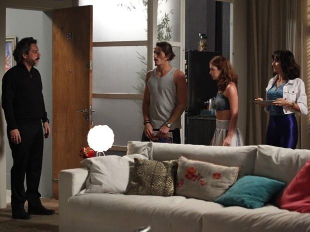 Zé Alfredo flagra Maria Isis com a família no apartamento
