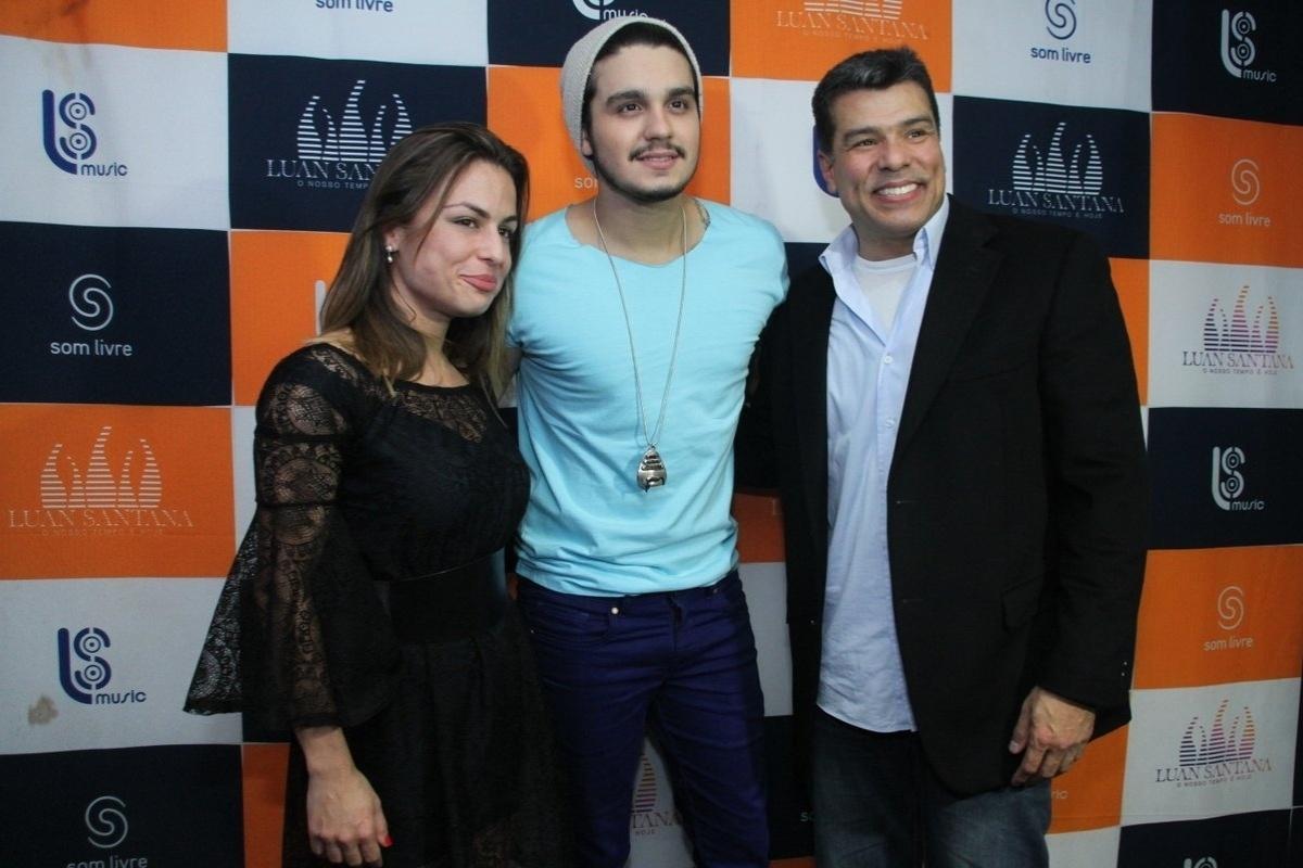 5.set.2014 - Luan Santana, ao centro, recebe o casal Bianca Assunpção e Maurício Mattar em seu camarim do Citibank Hall, na zona oeste do Rio de Janeiro, logo após a apresentação do show