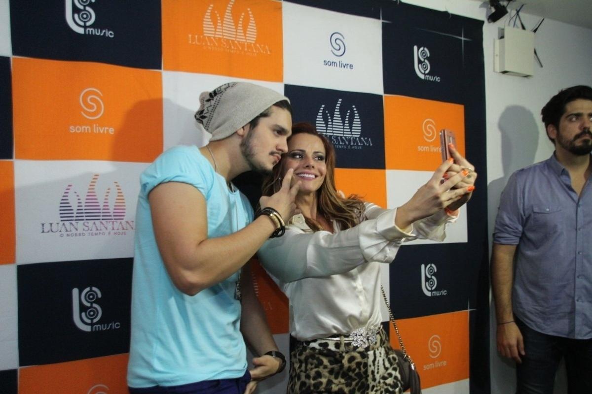 5.set.2014 - Viviane Araújo faz uma selfie com Luan Santana no camarim do Citibank Hall, na zona oeste do Rio de Janeiro, logo após a apresentação do show