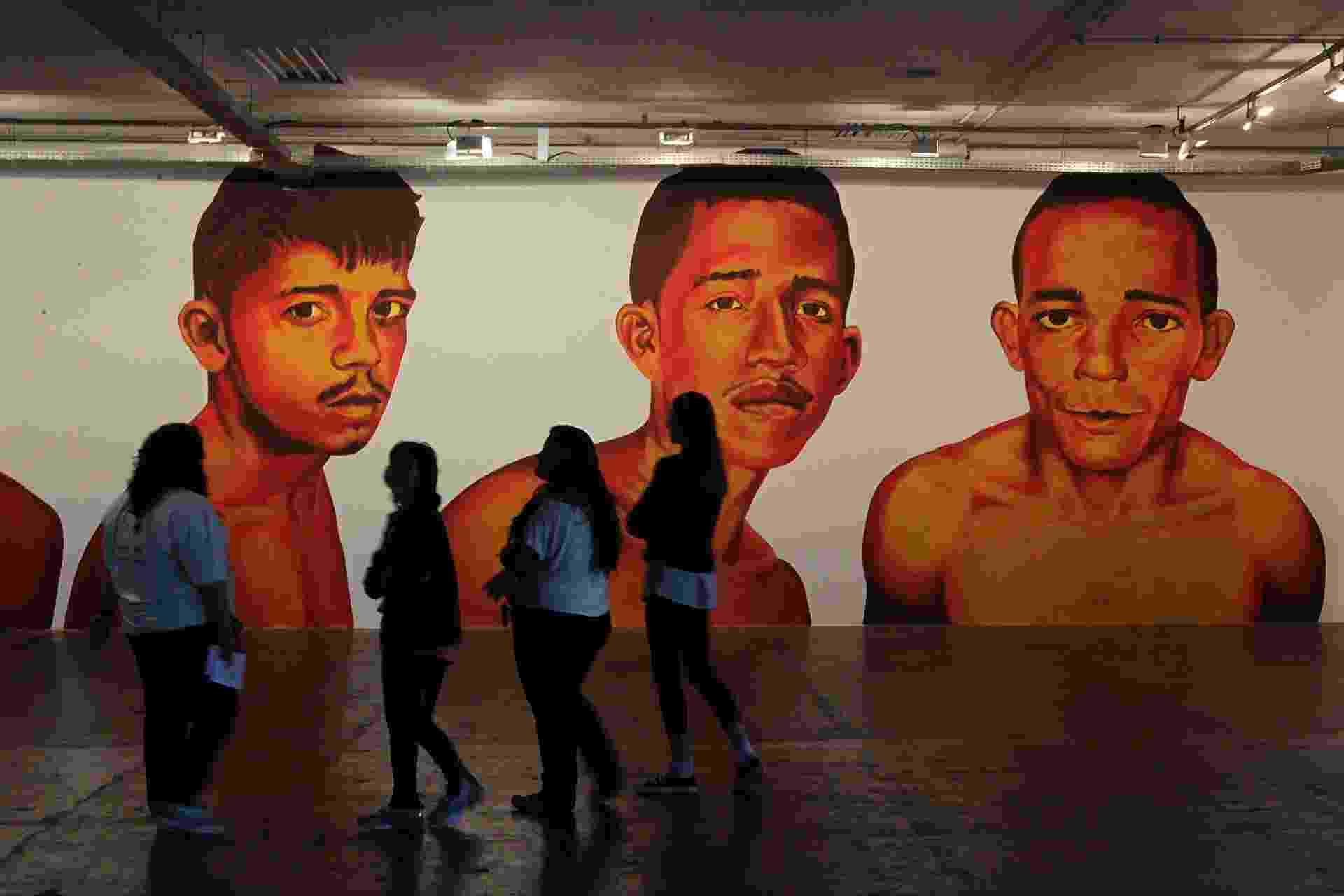 6.set.2014 - Pinturas de Éder Oliveira mostram detentos de Belém na 31ª Bienal de Arte do São Paulo - Reinaldo Canato/UOL