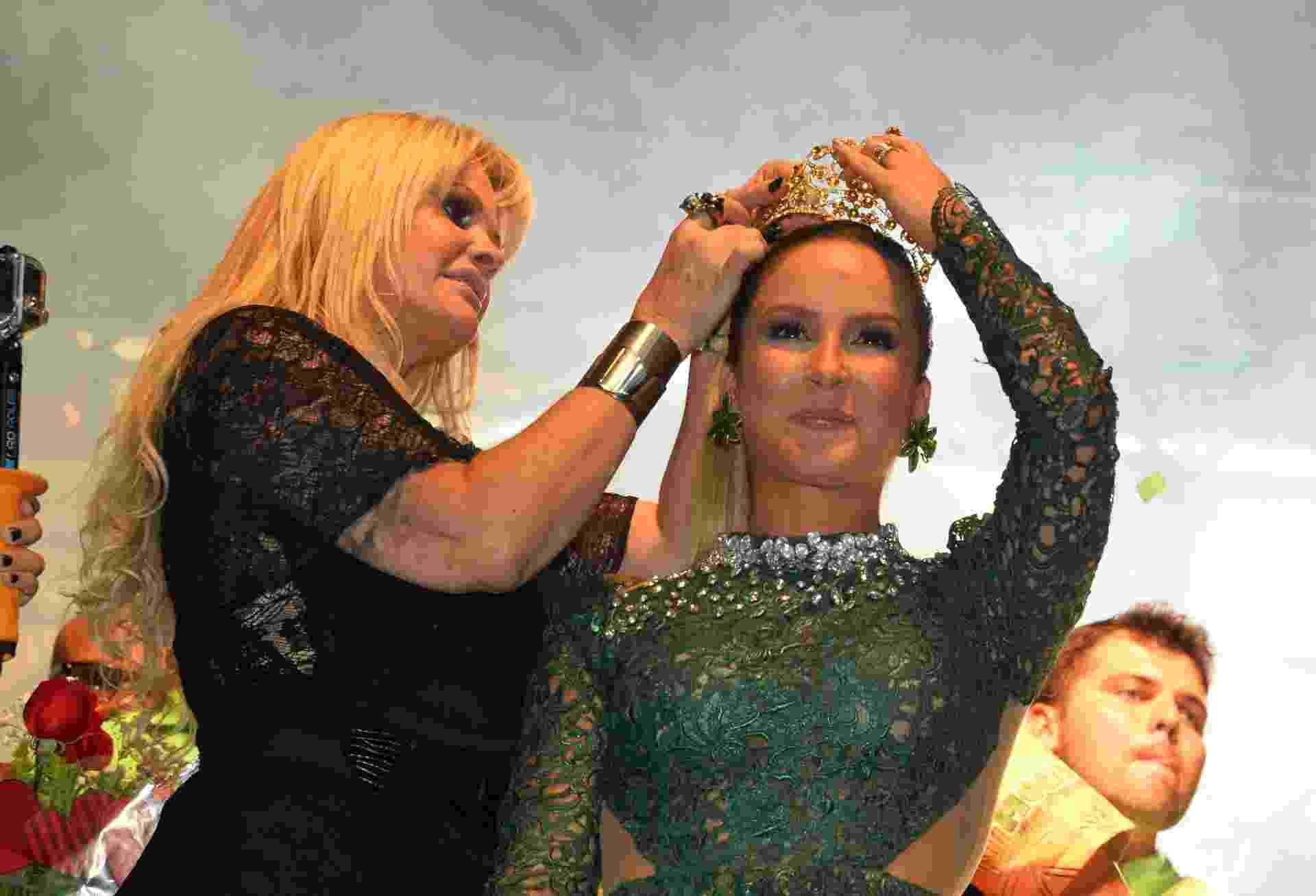 6.set.2014 - Claudia Leitte é coroada por Monique Evans a rainha da bateria da Escola de Samba Mocidade Independente de Padre Miguel, no Rio de Janeiro - André Lobo/UOL