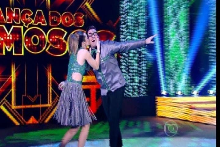 """7.set.2014 - A atriz Juliana Paiva dança rock ao som de """"O Calhambeque"""", de Roberto Carlos"""
