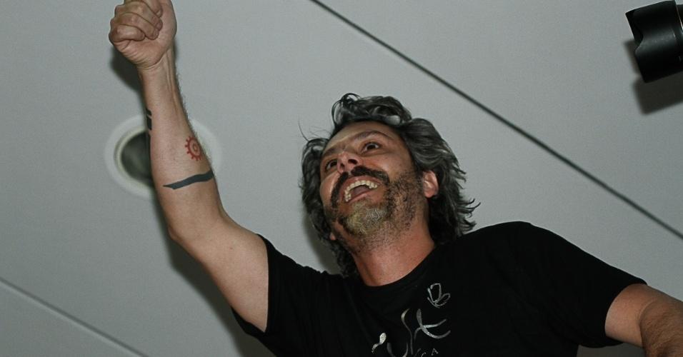 7.set.2014 - Alexandre Nero acena para as fãs na feira internacional de beleza, que acontece em São Paulo