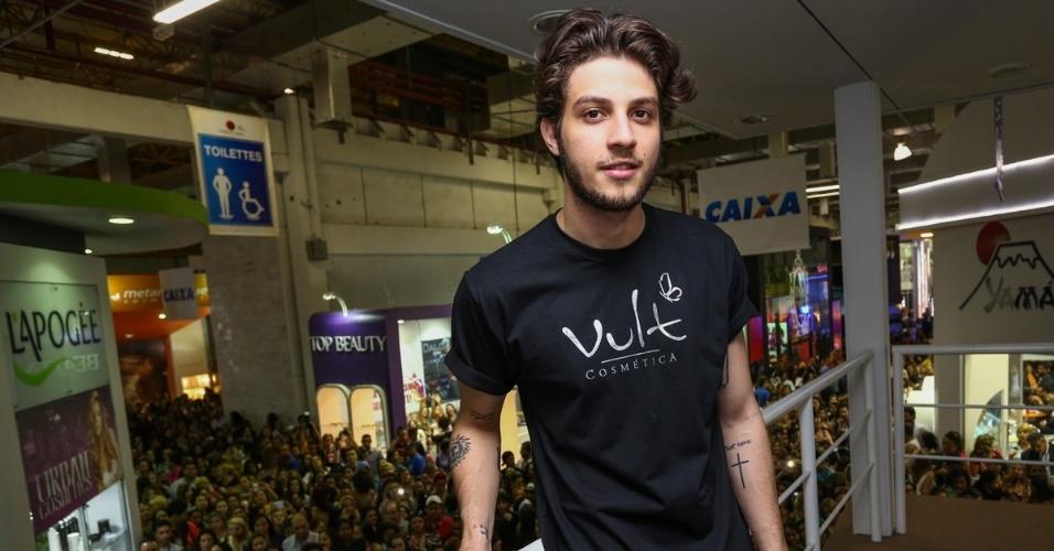 7.set.2014 - Chay Suede causa frisson na feira internacional de beleza, que acontece em São Paulo. A apresenta provocou tumulto ao chegar no evento