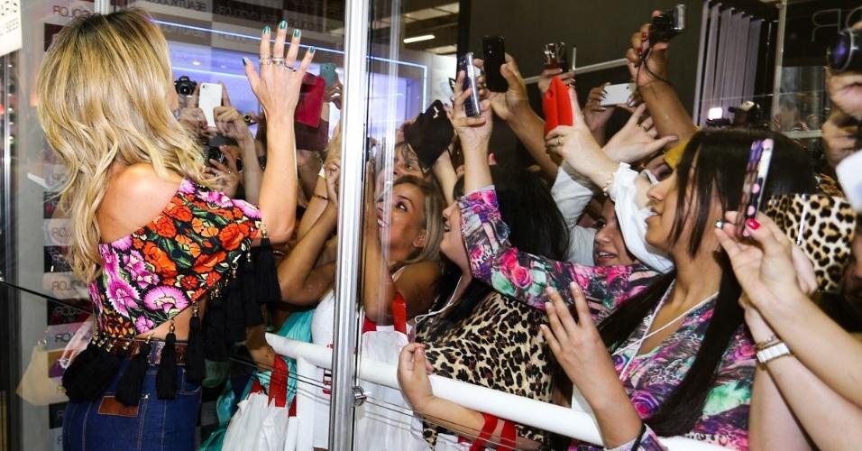 7.set.2014 - Com uma blusa tomara que caia todo estampada e com uns penduricalhos pretos, Sabrina Sato chama atenção em uma feira internacional de beleza